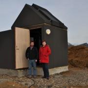 Snævarr Guðmundsson og Kristín Hermannsdóttir framan við stjörnuathugunarstöð í Fjárhúsavík á Höfn