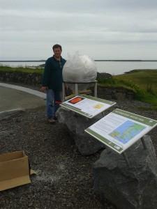 Snævarr Guðmundsson stendur við hlið líkans af sólinni, en það er 65 cm í þvermál og stendur á Óslandshæð.