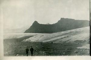 Sigurður og Ari Björnssynir frá Kvískerjum nærri jaðri Breiðamerkurjökuls með Breiðamerkurfjall að baki, 3. júlí 1935.  Ljósmynd Helgi Arason.