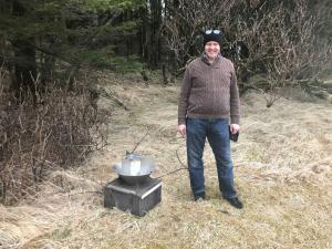 Björn Gísli Arnarson að tendra aðra gildruna á Höfn 16. apríl 2018. Mynd; Kristín Hermannsdóttir.